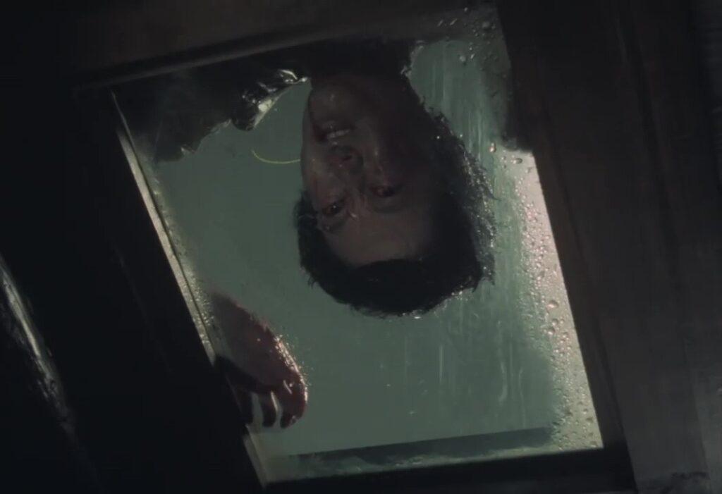 佐智(すけとも)の屋敷の屋根の上で、佐智の死体が発見される。/ 犬神家の家宝「琴」を見立てた殺人