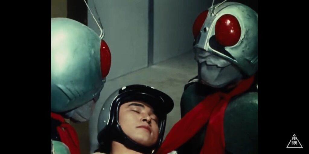 ライダーを助けた風見志郎は生身で改造人間分解光線を受けてしまった!
