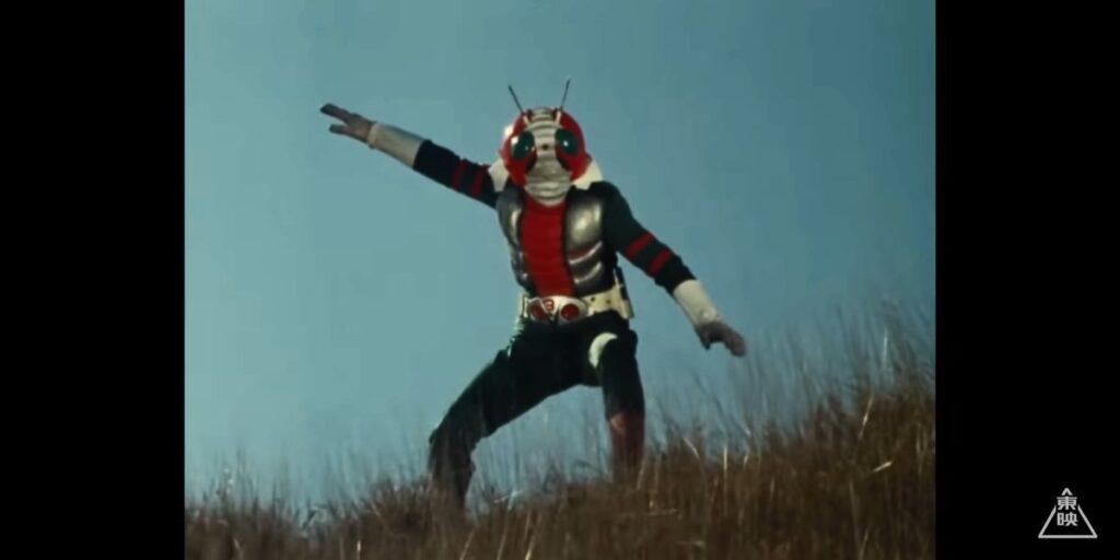 カメバズーカの前に立ちはだかる「仮面ライダーV3」。