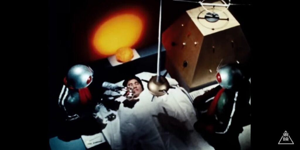 ダブルライダーの改造手術により風見志郎は、改造人間「仮面ライダーV3」として蘇った。