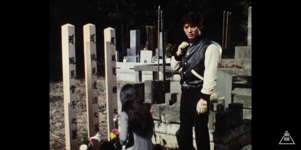 無念にも殺されてしまった父・達治、母・綾、妹・雪子の墓の前に立つ風見志郎。
