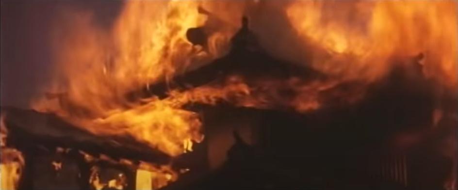 多治見家は、落ち武者たちの怨恨の炎で燃えていく。