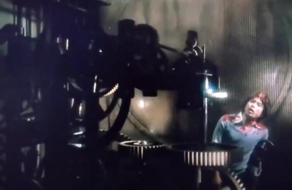 昭和二十七年、伊豆天城の月琴の里にある大道寺家の大時計で、大道寺智子の求婚者の一人、遊佐三郎が廻る歯車に体を引き裂かれ死んでいた。