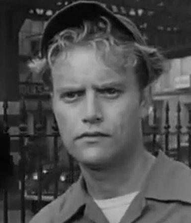 『トワイライトゾーン/超次元の体験』第1話「偏見の恐怖」(『TIME OUT』)に主演していたヴィック・モローの遺作となった。