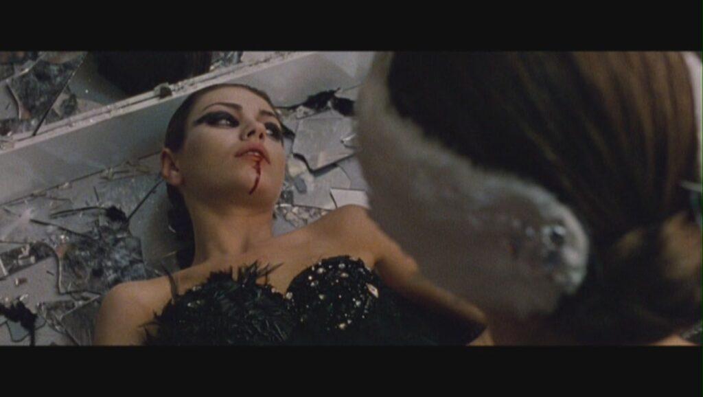 ニナは割れた鏡の破片でリリーを刺殺してしまう…これは全て幻覚だった。ニナは幻影を見て、自分で自分を刺していた。