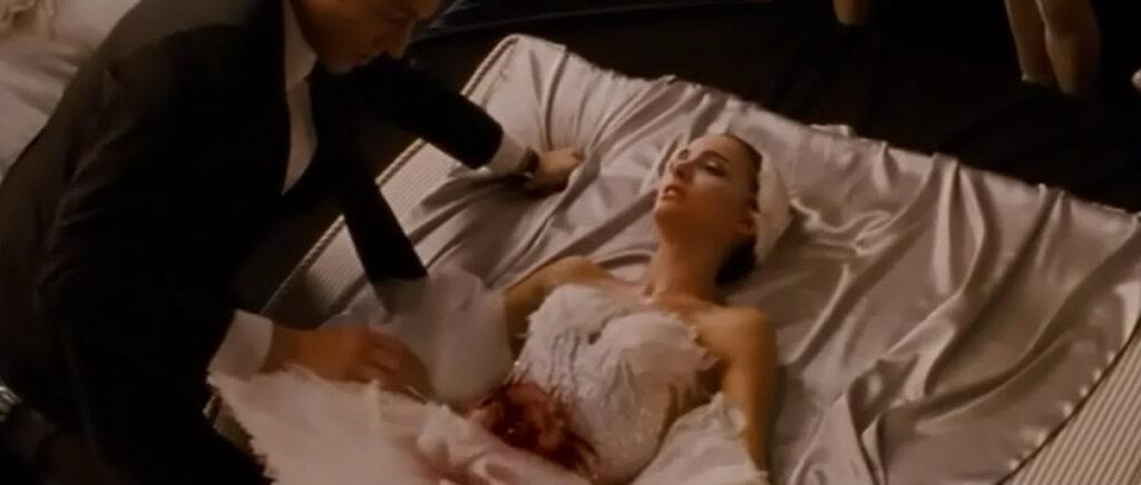 衝撃のラスト…ニナの腹から血が出ていた。ニナはリリーと争った幻影を見て、自分で自分を刺していた。