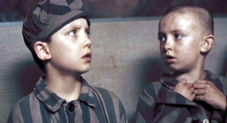 衝撃のラスト。シュムールの父を捜しに収容所内に潜り込んだブルーノも、ユダヤ人と間違われてガス室に送られてしまうという何とも恐ろしい結末。
