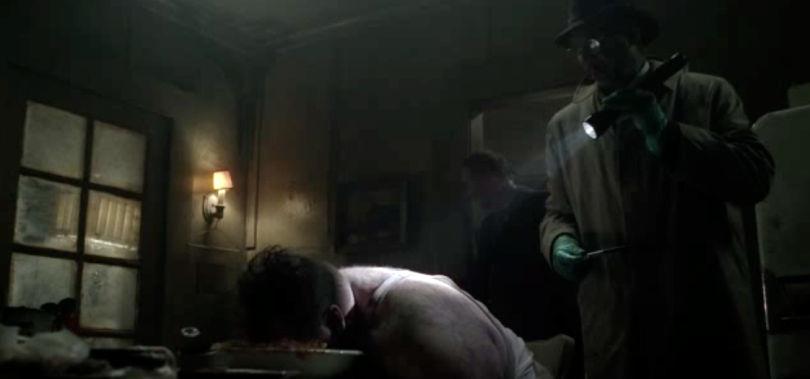 「GLUTTONY(暴食)」死体は信じられないほど肥満の男であり、彼は食べ物の中に顔を埋めて死んでいた。