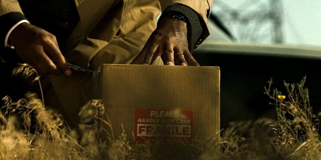 サマセットが調べると、箱の中には「トレイシー・ミルズ」夫人の生首が入っていた。ジョンはミルズに箱の中身を教え、自分は彼を羨んでトレイシーを殺したと明かした。