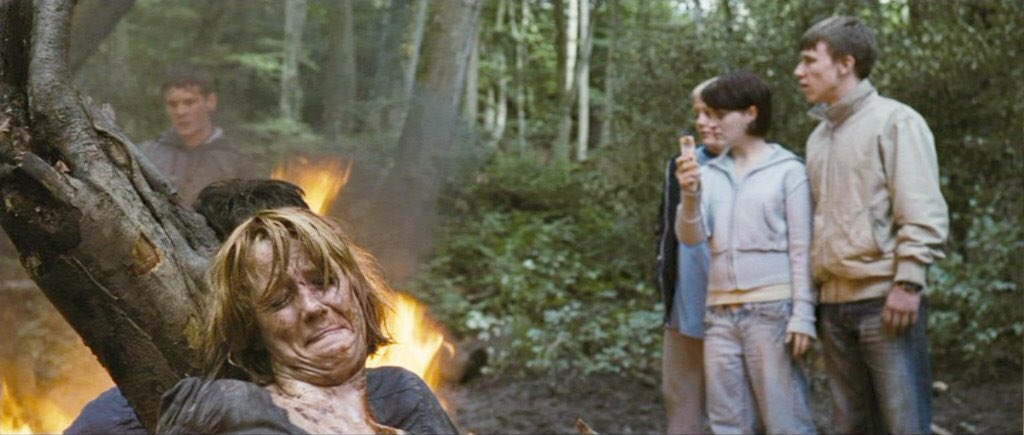 つばを吐き悪態をつく少年にスティーブが注意したことから、少年たちは徐々にその凶暴性を露わにする。二人は少年たちから逃げ出そうとするが、車が木に衝突し故障してしまう。スティーブは少年たちに捕まり、身体を切り刻まれる。