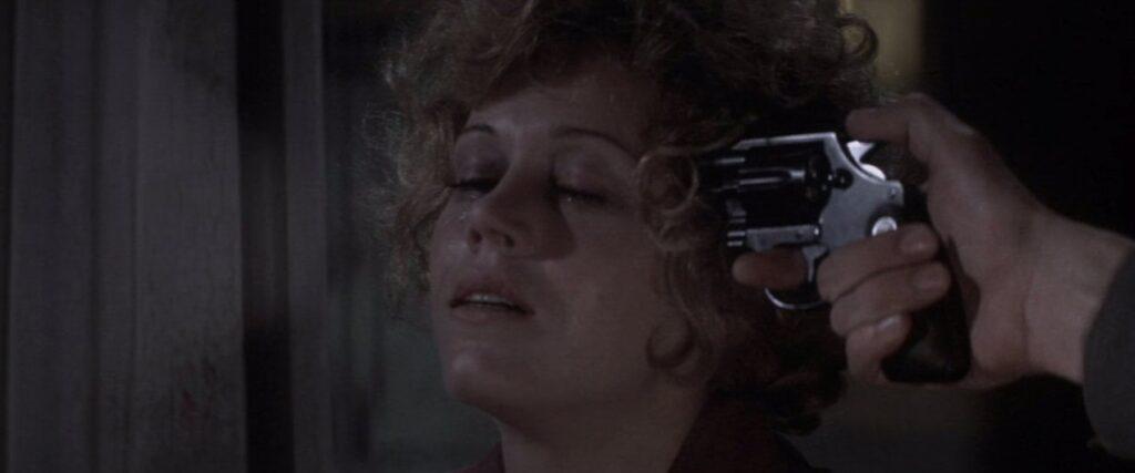 グロリアの精神状態はついに限界に達し、思わぬ結末が…ロバートはグロリアの頭を拳銃で射ち抜いた。