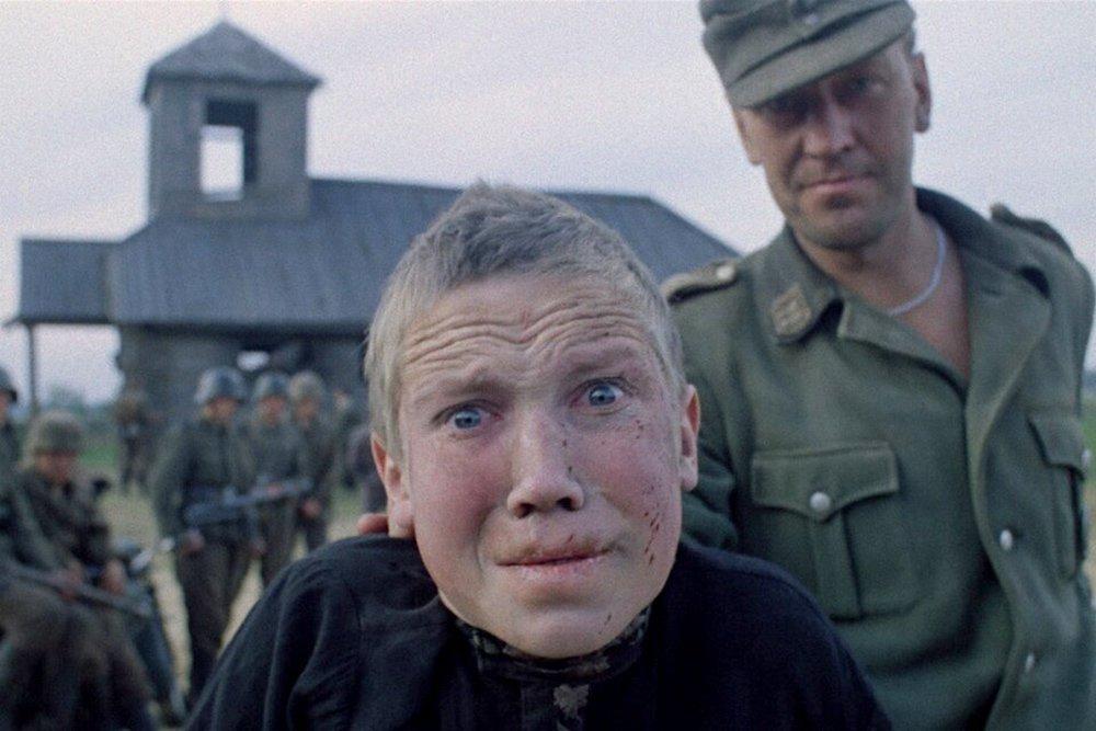 事件を目の当たりにし脱出した少年の顔には老人のような深いしわが刻み込まれていた…。