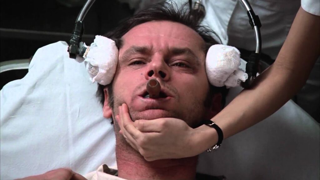 マクマーフィーは病院が行った治療(ロボトミー)によって、もはや言葉もしゃべれず、正常な思考もできない廃人のような姿になっていた。植物人間と化したマクマーフィ…。
