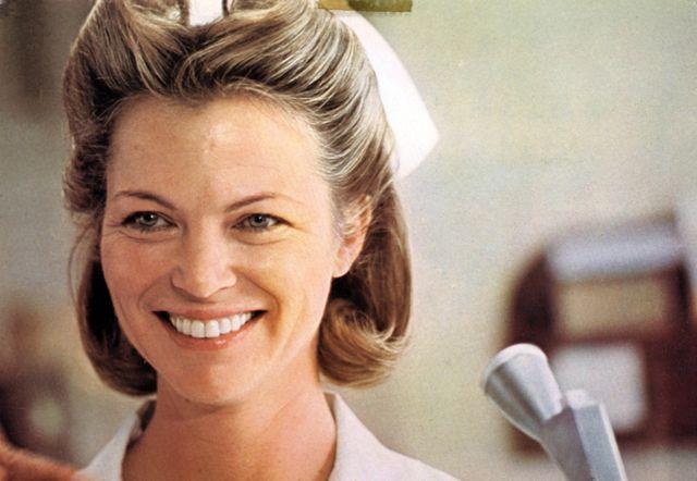 映画史に残る冷酷非情な悪役・悪女として名高いラチェッド。ルイーズ・フレッチャー演じるラチェッド看護師長は、マクマーフィ(ジャック・ニコルソン)が入院したオレゴン州立精神病院の看護師長で、秩序重視で患者を抑圧し、有無を言わせぬ冷たい人間として描かれている。