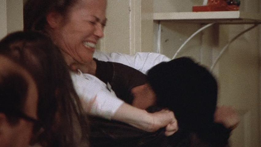 看護婦ラチェッドの冷酷さにマクマーフィの怒りが爆発した。あやうく彼女を締め殺しそうになった彼は病室から連れ去られた。