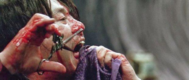 舌を切る痛々しいシーン…誰もが目を背けてしまうトラウマシーンとして語り継がれる。