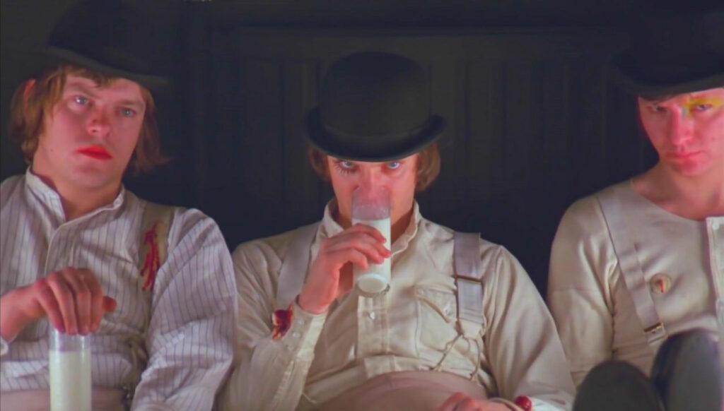 「時計じかけのオレンジ」のティーンエイジャーたちはミルクを飲むシーンが有名。反社会的で暴力的な子どもたちがミルクを飲むことで、すべての狂気が子どもの手によって行なわれていることを象徴して思い出させる効果。
