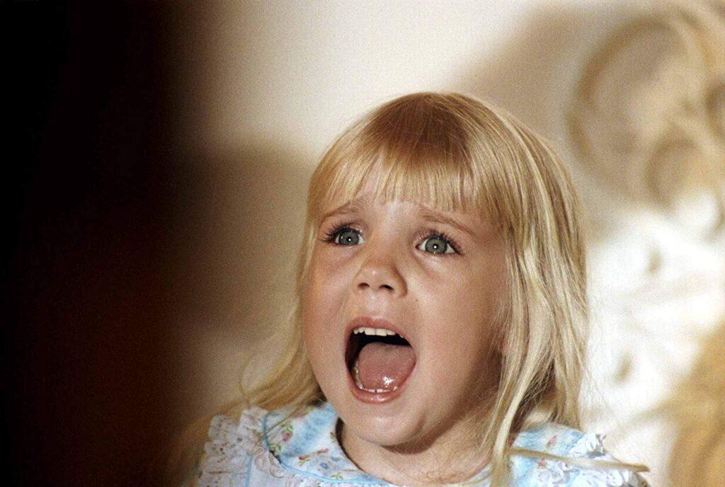 『ポルターガイスト』シリーズを通じて悪霊から狙われ続ける少女「キャロル・アン・フリーリング」を演じたヘザー・オルークが12歳の若さで急死。