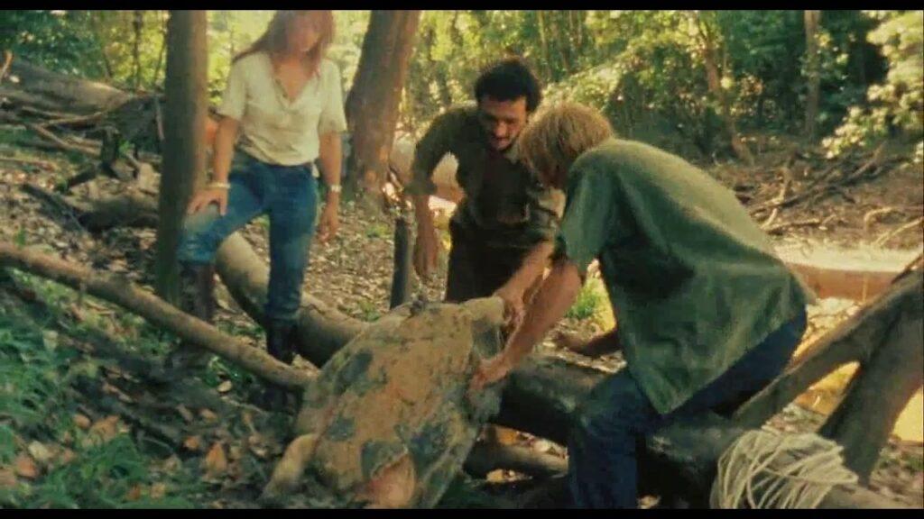 「食人族」に描かれた映画史に残る残虐な見せ場(本物の)「亀の解体・捕食」シーン
