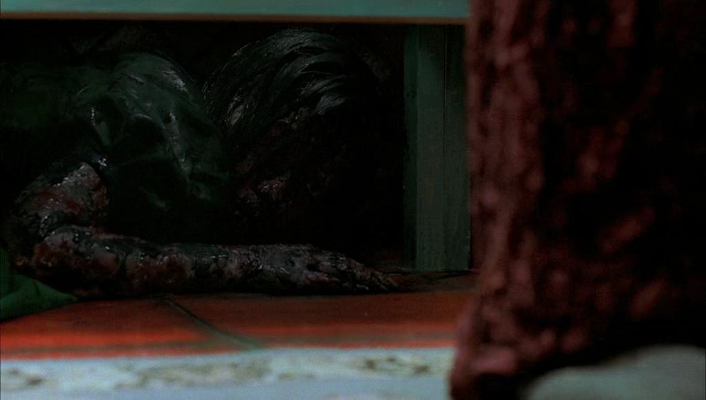 流し台の下にいる不気味な少女の幽霊…恐ろしすぎる。