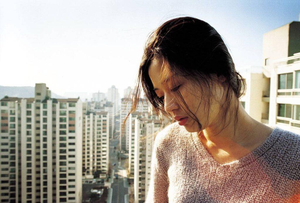 「もう一度同じものを見たら信じてくれる?」とマンションの屋上から投身自殺するヨン(チョン・ジヒョン)