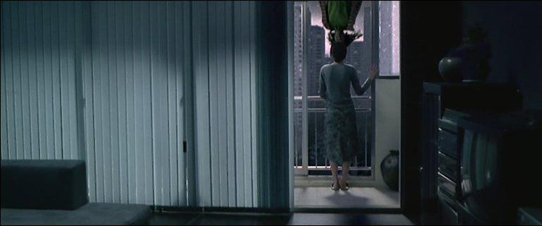 飛び降りした女性とヨンの目が合う衝撃的なトラウマシーン。