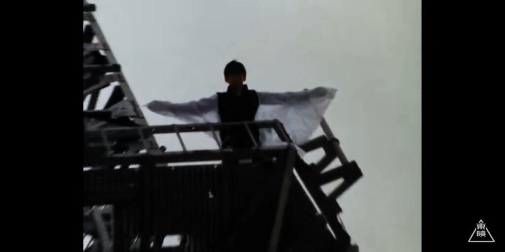 1人の少年が白い衣をまとい、鉄塔から飛び降りて死んだ。