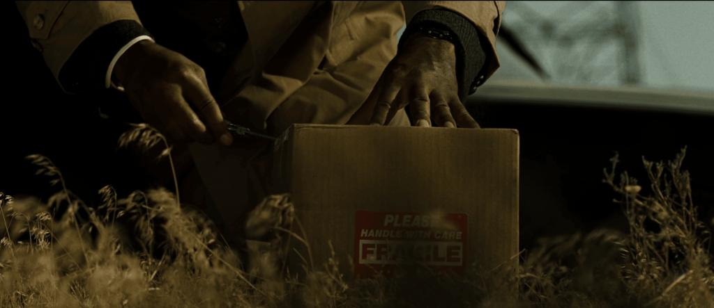 箱の中にはミルズ(演:ブラッド・ピット)の妻である「トレイシー・ミルズ」夫人の生首が入っていた。
